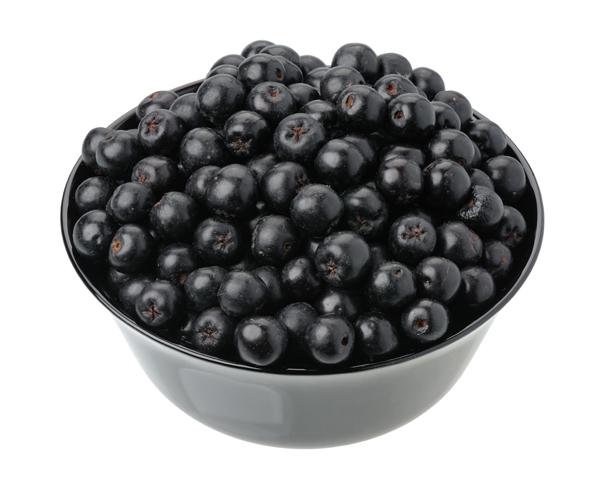 Skål med aroniabär - aronia ökar bildningen av kväveoxid och sänker blodtrycket.